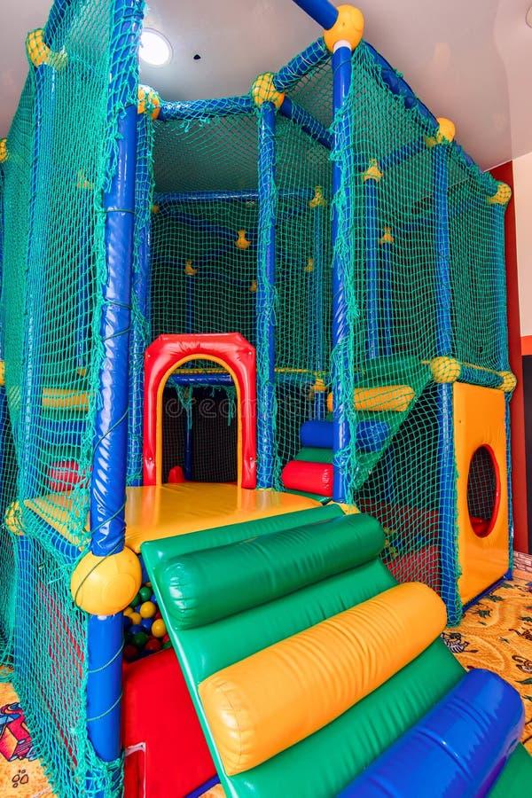 有塑料球的色的游戏厅在水池 乐趣的游泳场和跳跃在色的塑料球 免版税库存照片