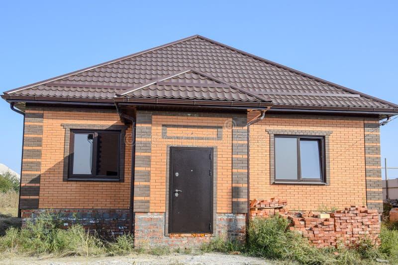 有塑料窗口和波纹状的板料屋顶的房子图片