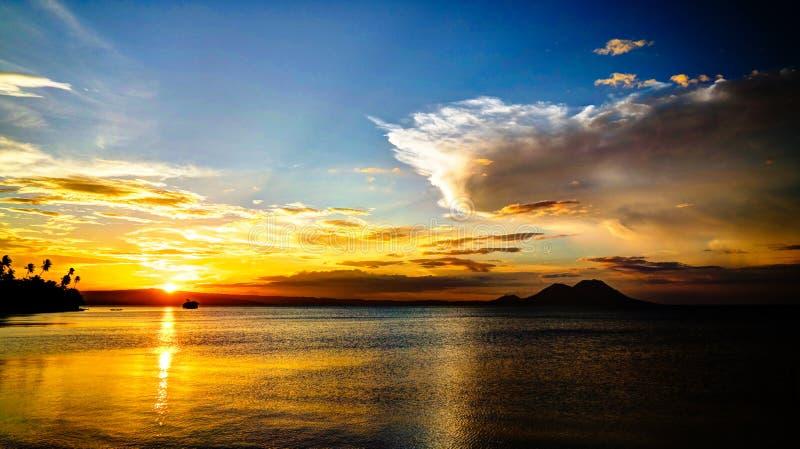 有塔乌鲁火山火山的日落全景在腊包尔,新不列颠海岛,巴布亚新几内亚 免版税库存图片
