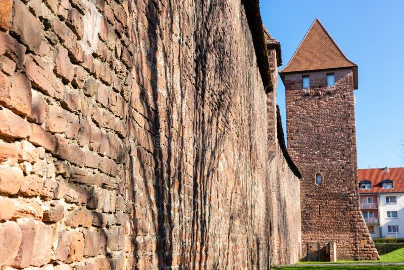 有塔的中世纪罗马城市墙壁在蠕虫,德国 免版税库存图片