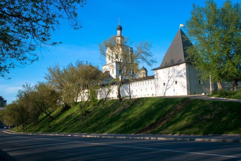 有塔的堡垒墙壁在古老正统Andronikov修道院附近 14世纪的建筑纪念碑 免版税图库摄影