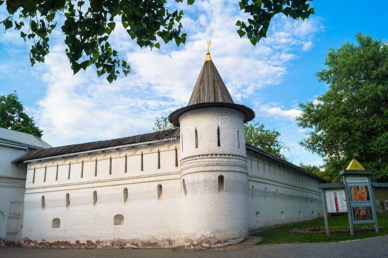 有塔的堡垒墙壁在古老正统Andronikov修道院附近 14世纪的建筑纪念碑 库存照片