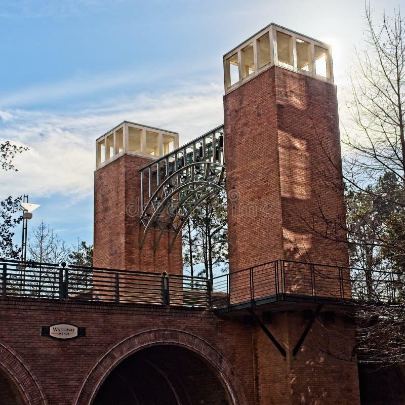 有塔的桥梁在森林地TX 免版税图库摄影