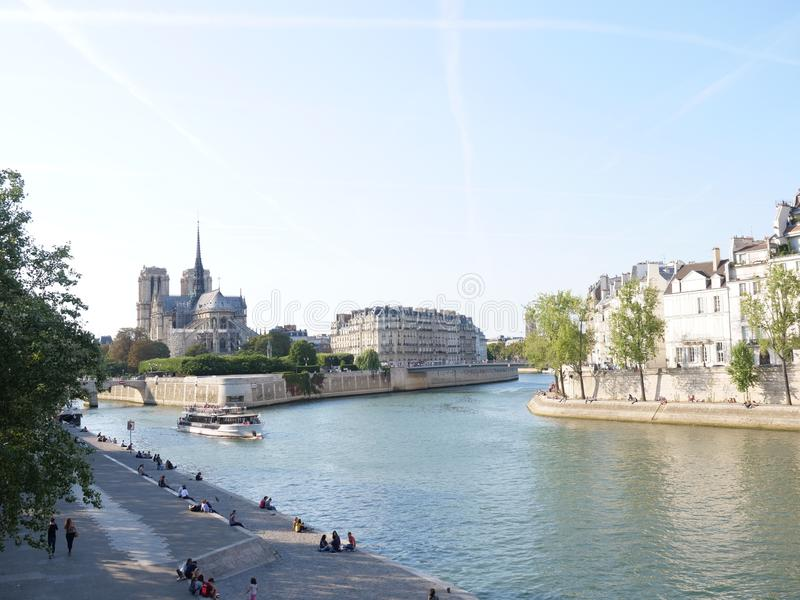 有塞纳河和圣路易斯海岛的巴黎圣母院大教堂 库存图片