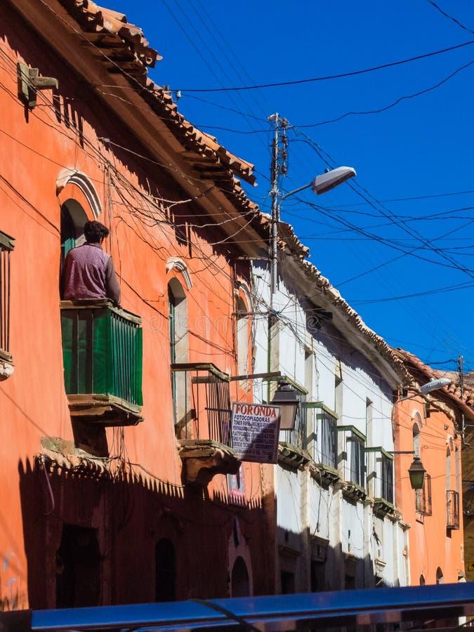 有塞罗Rico山的背景的波托西,玻利维亚殖民地街道 图库摄影