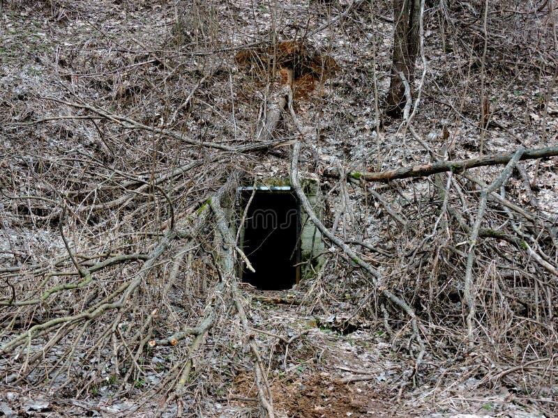 有墙壁的神奇土牢隧道由石头制成 图库摄影