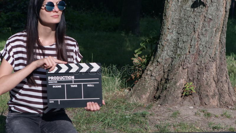 有墙板的稀薄头发的女孩在公园 影视素材