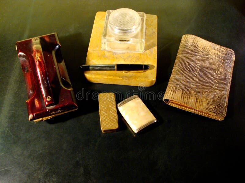 有墨水立场、墨水吸收体和蛇皮革钱包的葡萄酒书桌 免版税库存图片