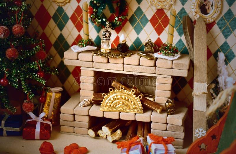 有壁炉的室和玩偶和小玩具的圣诞树 与微小的装饰的壁炉 库存照片