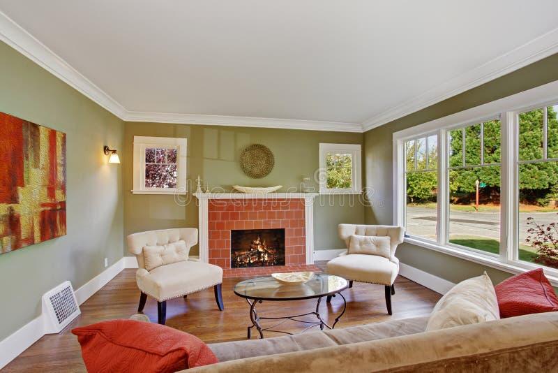 有壁炉的橄榄色的口气家庭娱乐室 免版税库存照片