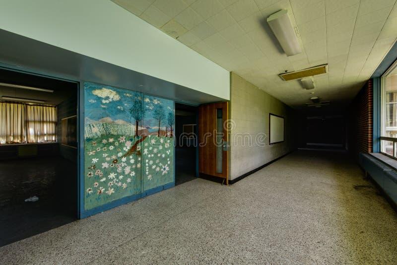 有壁画的被放弃的学校走廊 免版税库存照片