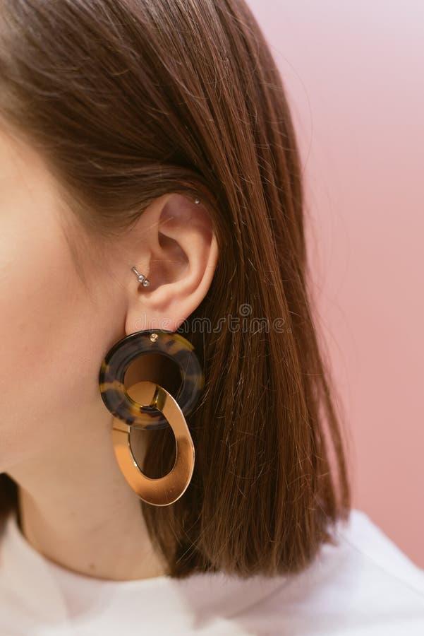 有壳的时髦的耳环 图库摄影