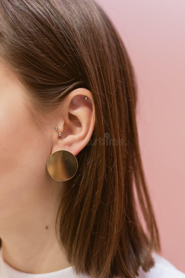 有壳的时髦的耳环 免版税库存图片