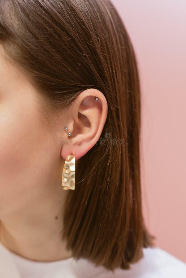 有壳的时髦的耳环 库存图片