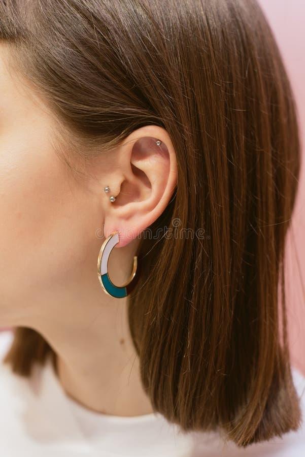 有壳的时髦的耳环 免版税库存照片
