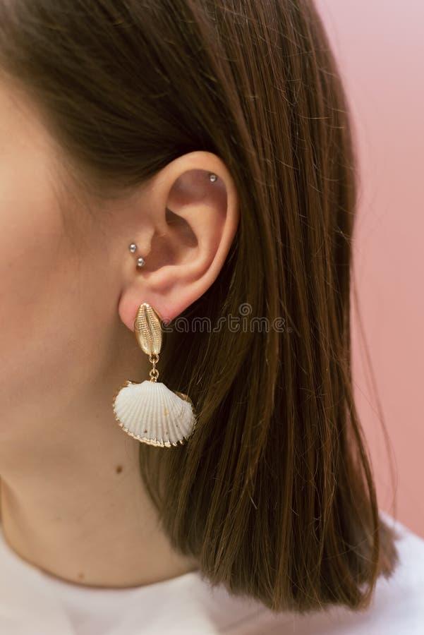 有壳的时髦的耳环 库存照片