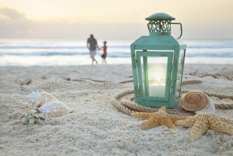 有壳的灯笼在海滩和软的焦点父亲和儿子colle 库存照片