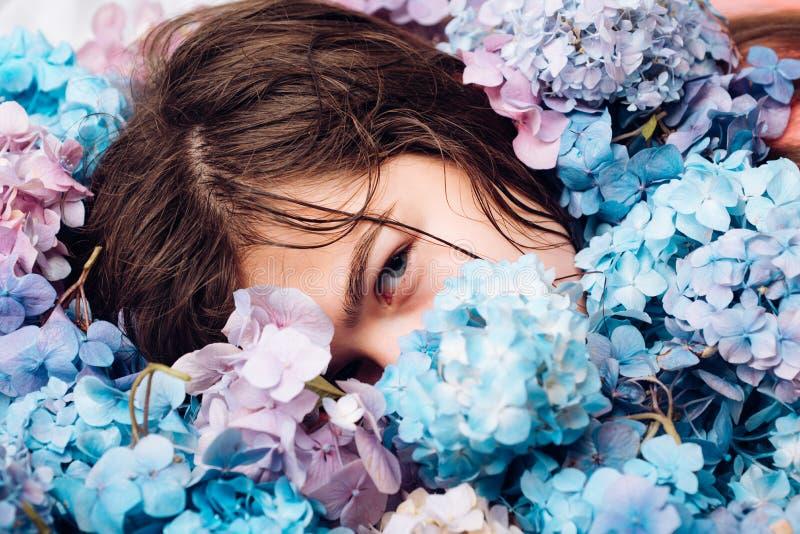 有夏天构成的女孩 有八仙花属花的春天妇女 夏天秀丽 构成化妆用品和skincare ?? 免版税库存图片