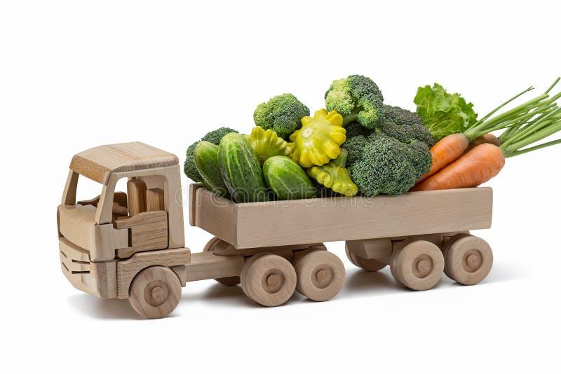 有夏天菜的货物木汽车 免版税库存照片