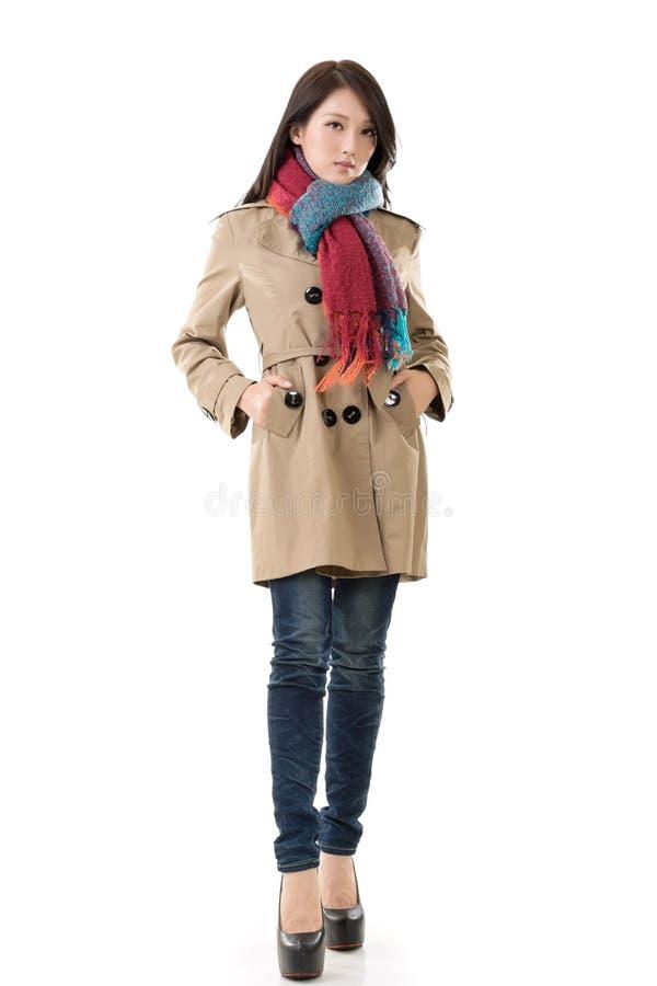 有外套的亚裔夫人在冬天 免版税库存照片