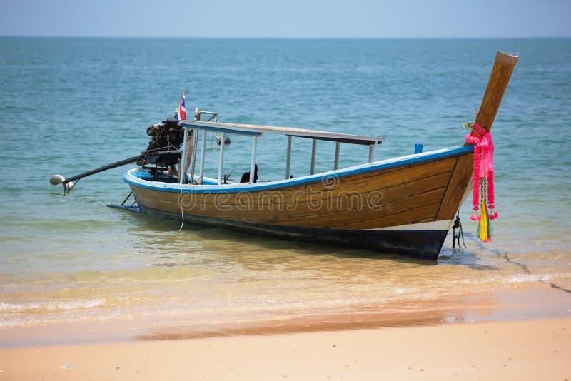 有外置马达的木泰国渔船在酸值Pai海岛附近海岸  免版税库存照片
