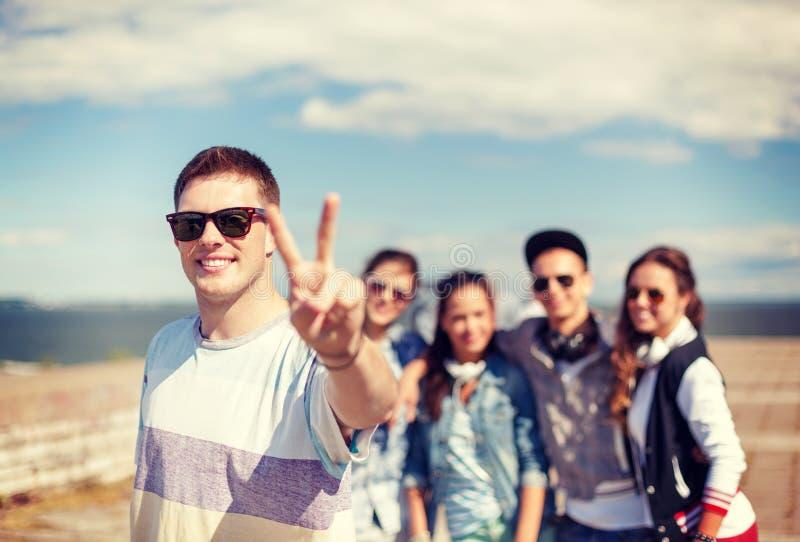 有外面太阳镜和朋友的十几岁的男孩 免版税图库摄影