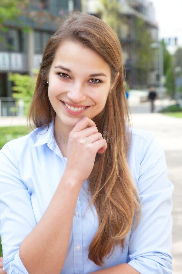有外面金发的美丽的少妇 免版税库存图片