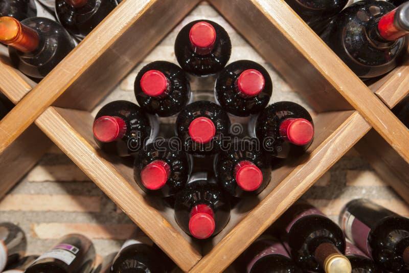 有多个瓶的长菱形的酒机架西班牙红葡萄酒 库存图片