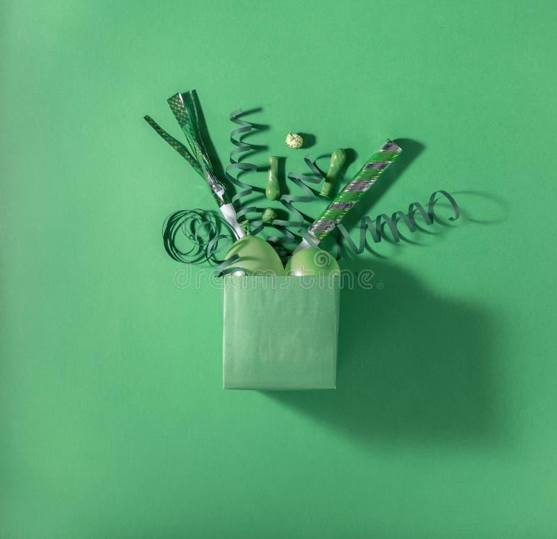 有多党派五彩纸屑的,气球,飘带绿色礼物盒, 免版税库存照片