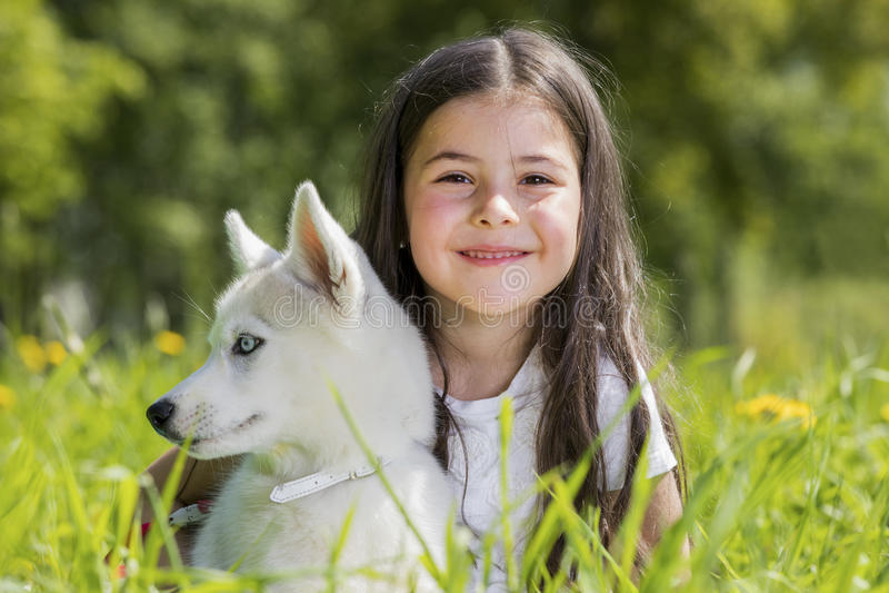 有多壳的小狗的小女孩 免版税库存照片