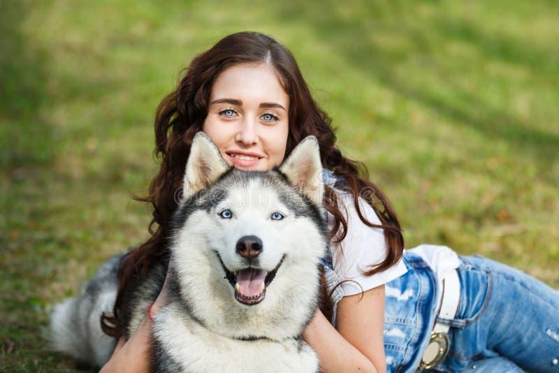 有多壳的狗的逗人喜爱的女孩 免版税库存图片