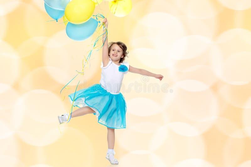 有多彩多姿的气球的小女孩 免版税库存图片