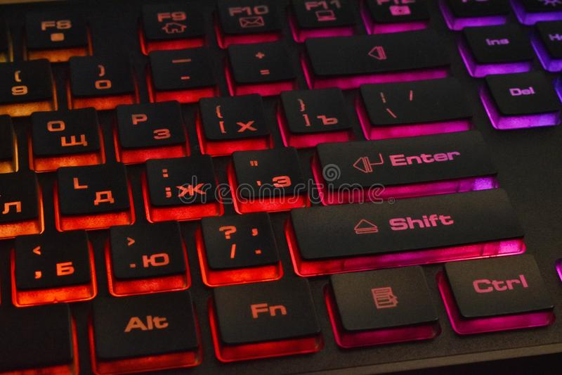 有多彩多姿的背后照明的俄国键盘 皇族释放例证