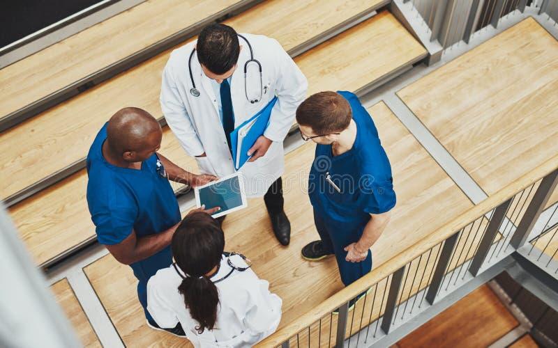 有多种族的医疗队讨论 免版税库存图片