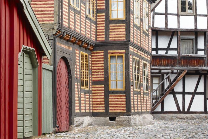 有多色的门面的古色古香的挪威村庄街道 免版税库存图片
