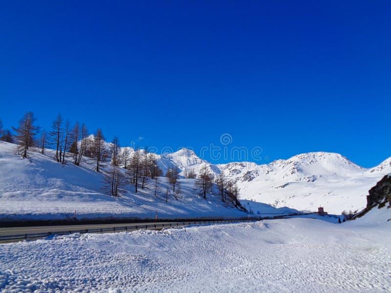 有多雪的山和街道的瑞士阿尔卑斯 图库摄影