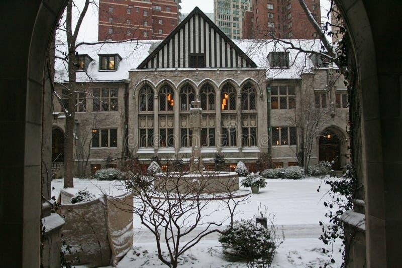 有多雪的教会在街市的芝加哥 库存照片