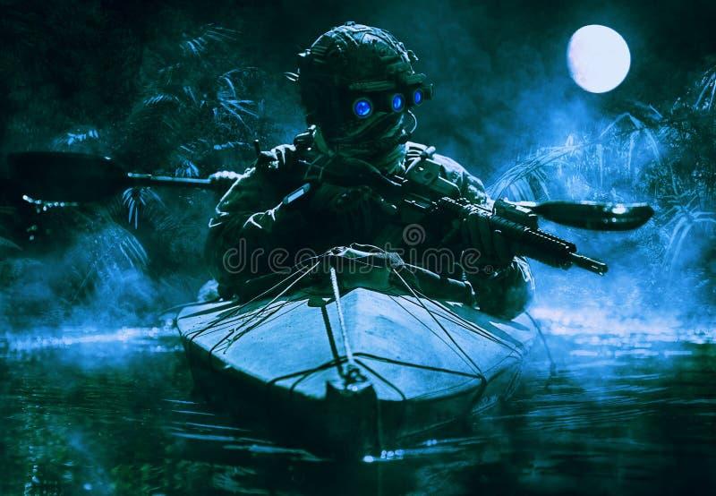 有夜视镜的特种部队操作员 免版税库存图片