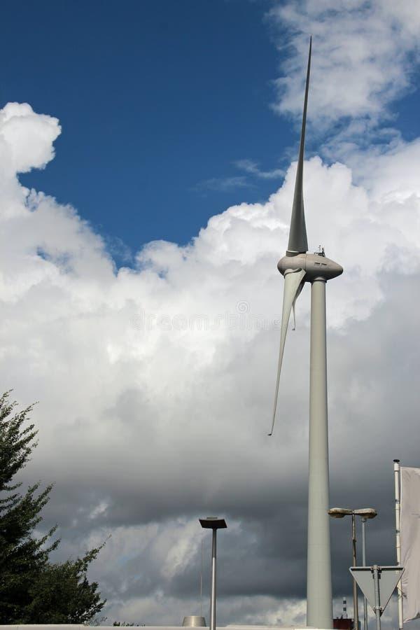 有大云彩的现代风轮机在背景在艾瑟尔河畔卡佩勒 库存图片