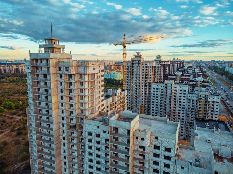 有大厦起重机和其他设备的建造场所,工业被修建的或庄园发展现代大厦,鸟瞰图 免版税库存图片