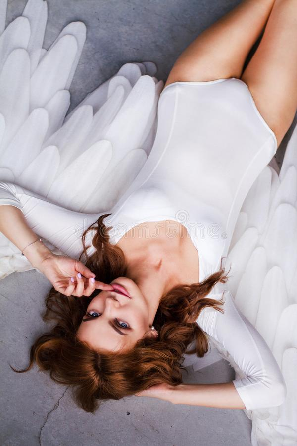 有大天使翼的美丽的年轻女人 免版税库存图片
