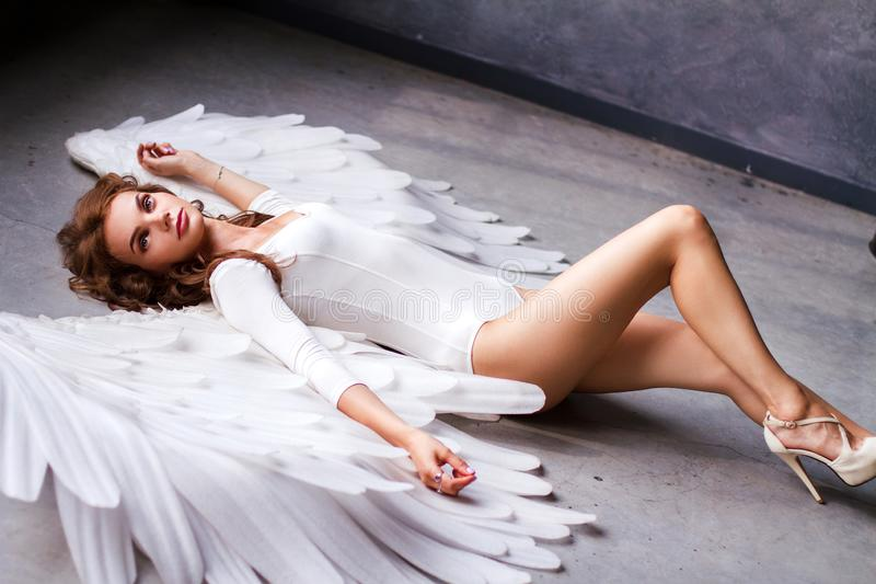 有大天使翼的美丽的年轻女人 库存照片