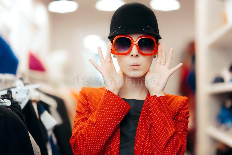 有大太阳镜和别致的帽子的异常时髦的时尚女孩 库存照片