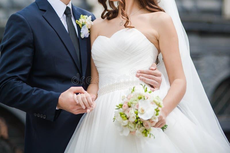 有大婚礼花束的美丽的新娘 免版税图库摄影