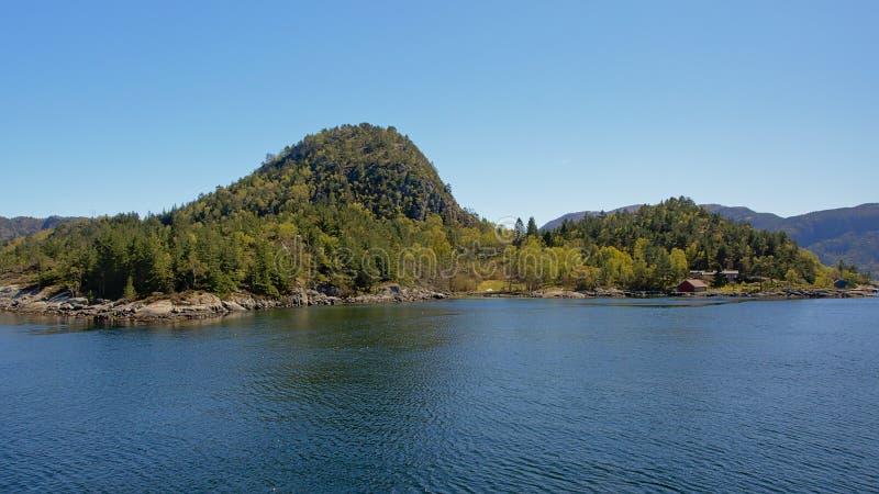 有大小山的海岛有很多树在海湾 免版税图库摄影