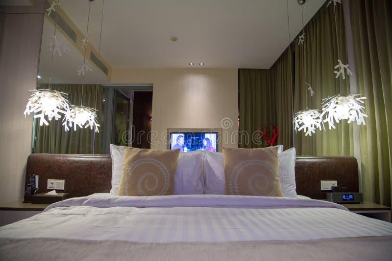 有大床的美丽的室内设计卧室 免版税库存照片