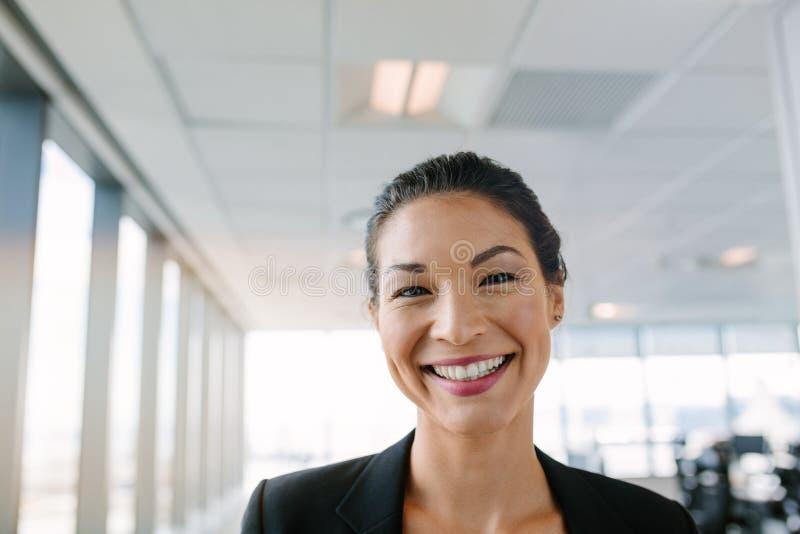 有大微笑的女实业家在她的面孔 库存图片