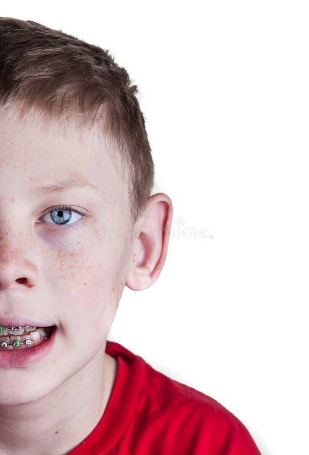 有大括号的愉快的男孩 免版税库存照片