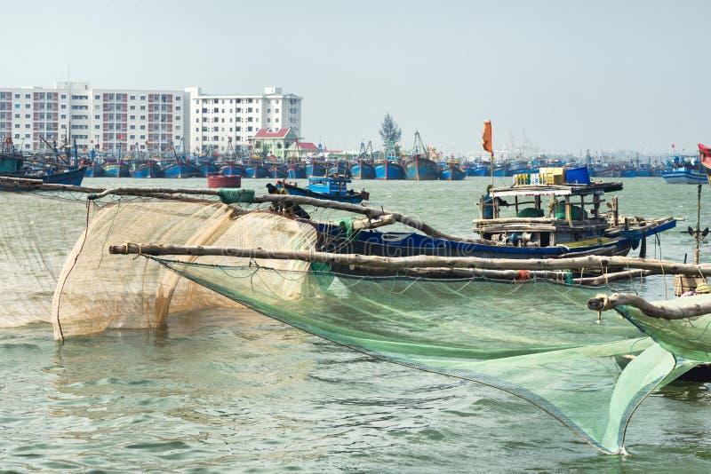 有大捕鱼网的木小船在岘港市 库存照片
