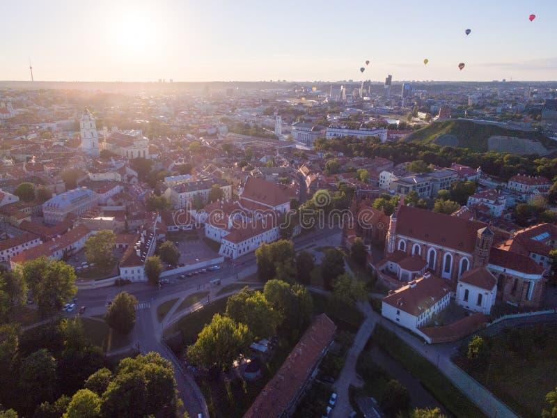 有大教堂广场、钟楼和气球的维尔纽斯老镇在背景中 库存图片